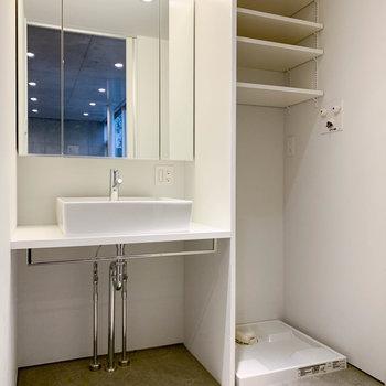 鏡の大きな洗面台です。※写真は前回募集時のものです