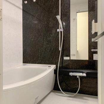 追い炊き、浴室乾燥のついたお風呂。湯船も広い作りです。※写真は前回募集時のものです