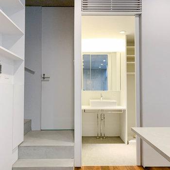 【地下1階】キッチンの左側に、階段とサニタリーがあります。階段途中の扉はトイレです。※写真は前回募集時のものです