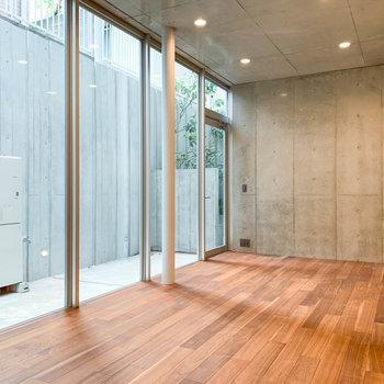 【地下1階】天井が高く、また背の高い窓で開放感があります。※写真は前回募集時のものです