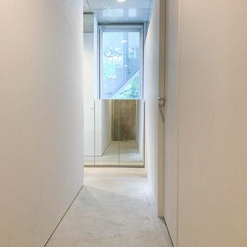 【1階】廊下沿い、右手にお部屋があります。※写真は前回募集時のものです