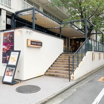 近隣にはカフェや。