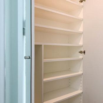 【1階】鏡張りの扉を開けると、背の高いシューズボックス。※写真は前回募集時のものです
