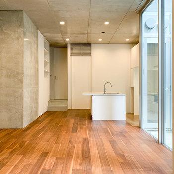 【地下1階】お部屋の奥側から見ると。向こう側にはキッチンがあります。※写真は前回募集時のものです