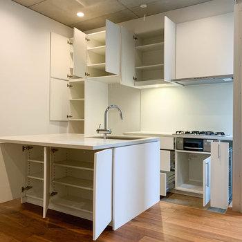 【地下1階】キッチン周りの収納力もパワフルです。※写真は前回募集時のものです