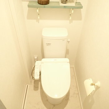 トイレ、棚があります。