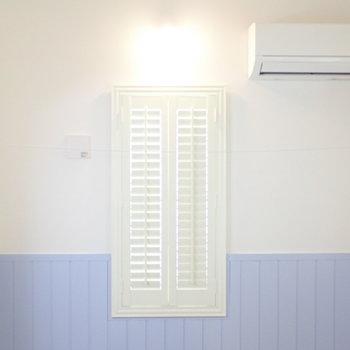 窓は開けることもできますし、閉じたまま光の量を調節できます。