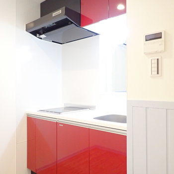 キッチンは赤。ビビッドで映えます。