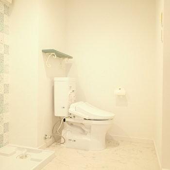 となりにはトイレ。ゆとりがありますよ。