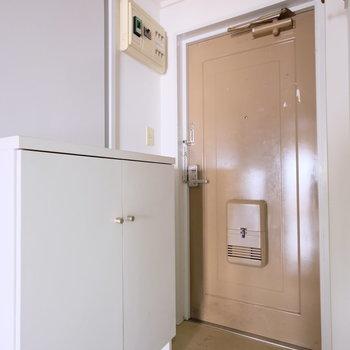 【工事前写真】玄関も一新!扉はきれいに白く塗装します!