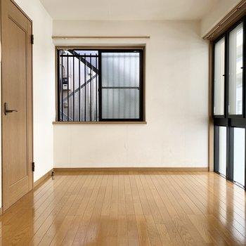 正面の出窓には植物を置いて爽やかに