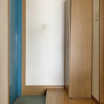 玄関ドアはブルーです