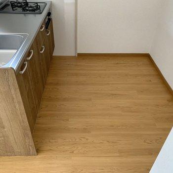 キッチン向かって後ろに冷蔵庫等を置けます。
