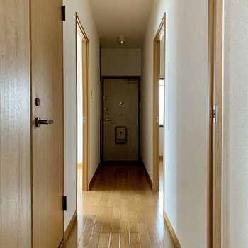 廊下に行くと、手前にトイレ、左右に洋室が1つずつ。