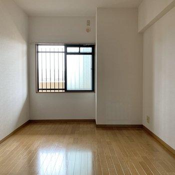 間取り図上の洋室にもエアコン設置可能、テレビも置けます。