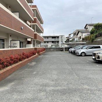マンション裏に駐車場、奥に駐輪場。