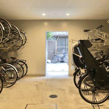 駐輪場は屋内なので安心です。