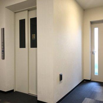 エレベーターを降りて左斜め前に今回のお部屋があります。