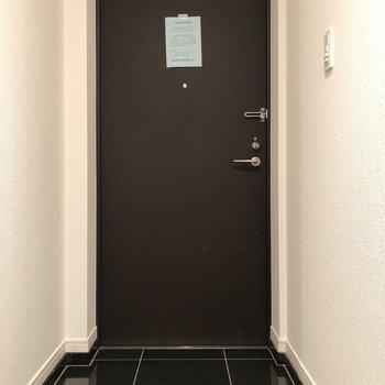 玄関は光沢のあるブラック。