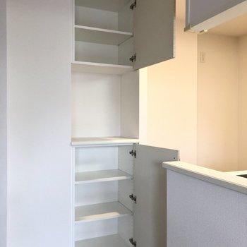 【LDK】キッチン後ろにも収納棚。重宝しそうです。