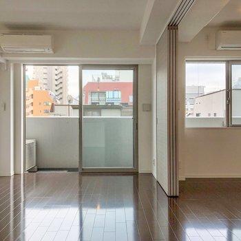 【LDK】スライドドアを開けると気持ちの良い空間が広がります。