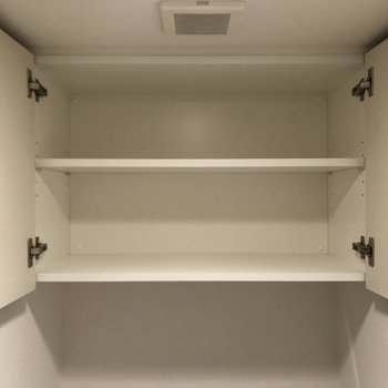 トイレ上部には収納棚付き。
