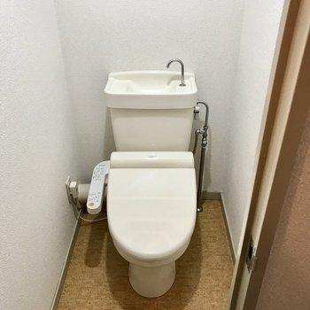トイレはウォシュレット付き。上にはちょっとした棚もありますよ