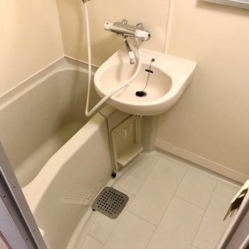 お風呂は2点ユニット。サーモ水栓で温度調節も簡単。隙間がないからお掃除しやすいのもうれしいね