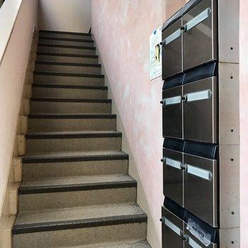 2階までは階段をのぼって。ポストが綺麗なのがうれしい