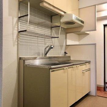 どっしりとしたキッチン。洗ったお皿は上にそのまま置けるのが便利◯冷蔵庫はお隣に!