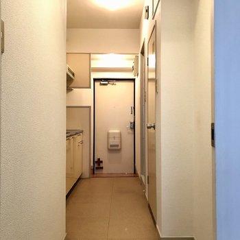 廊下はゆったりめ。手前右側にはスリムなラックを置けますよ!