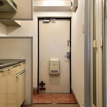 玄関はキッチン前に壁があるので良い目隠しに◯