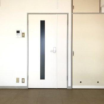 モニターフォン付きで、安心!きれいな扉と、ほっこりとした扉が並んでいます