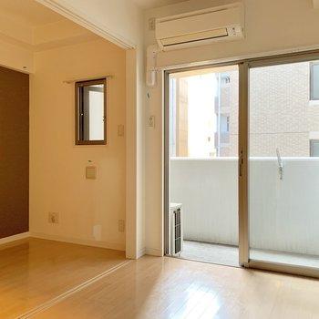 引き戸を全開にするとこの広さ。洋室はセミダブルベッドすっぽりくらいかな。