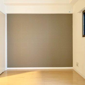 洋室には落ち着いた色のアクセントクロス◎
