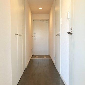 玄関扉に磁石でくっつけるタイプの傘立てを用いればスッキリ♬(※写真は9階の同間取り別部屋のものです)