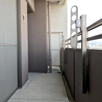 しっかりとした広さのバルコニー。(※写真は9階の同間取り別部屋のものです)