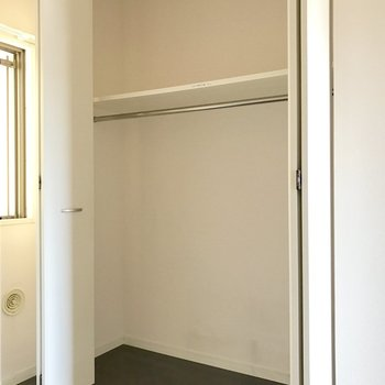 洋室の収納。ハンガーポールはこちらのみ。(※写真は9階の同間取り別部屋のものです)