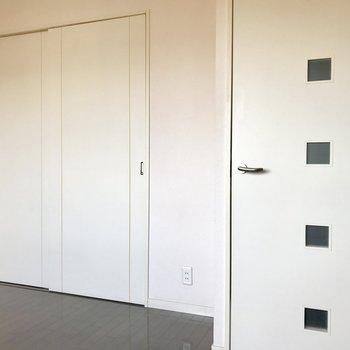 左は洋室、右は玄関へ。(※写真は9階の同間取り別部屋のものです)