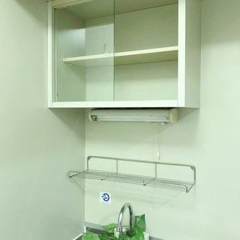 上には小さな食器棚もついています。(※写真の小物は見本です)