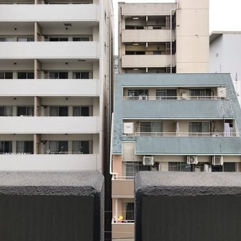 建物が多いです。離れているので光は入ってくるし人目もあまり気にならない。
