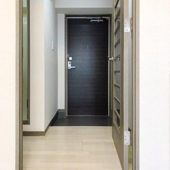 ドアを挟んで水回り。