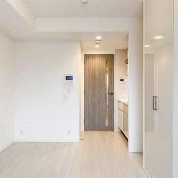 淡い木目調の扉が素敵......。