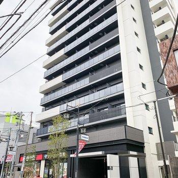 こちらのスラッと背の高いマンションの10階のお部屋です。