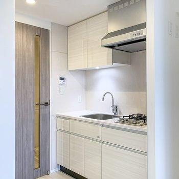 白を基調とした清潔感のあるキッチン。