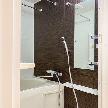 木目調のクロスが素敵なお風呂は浴室乾燥機付きですよ。