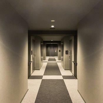 お部屋の前の共用部はまるでホテルのよう。