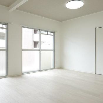 2面の窓があるので、光もたっぷり。 収納だってあります!