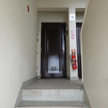 お部屋のある3階まで階段です! 頑張って登りましょう。
