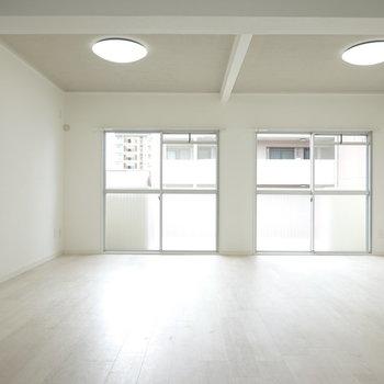 割と大きい家具を置いてもスッキリ馴染みそうな広々としたリビング。
